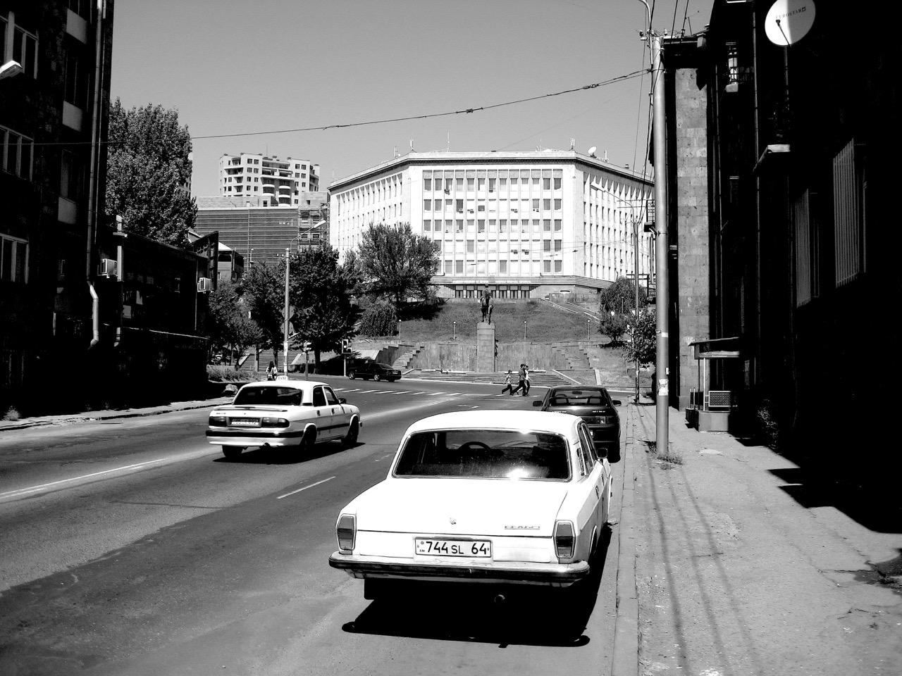 Foto: Amerikanische Universität. Aus: Eriwan. Aufzeichnungen aus Armenien von Marc Degens. Kapitel 1.