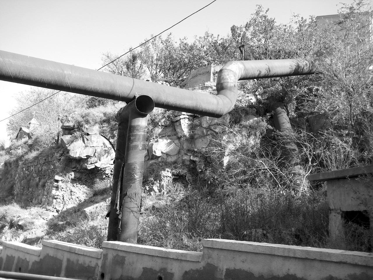 Foto: Armenische Röhren (Metall auf Metall). Aus: Eriwan. Kapitel 7. Aufzeichnungen aus Armenien von Marc Degens.