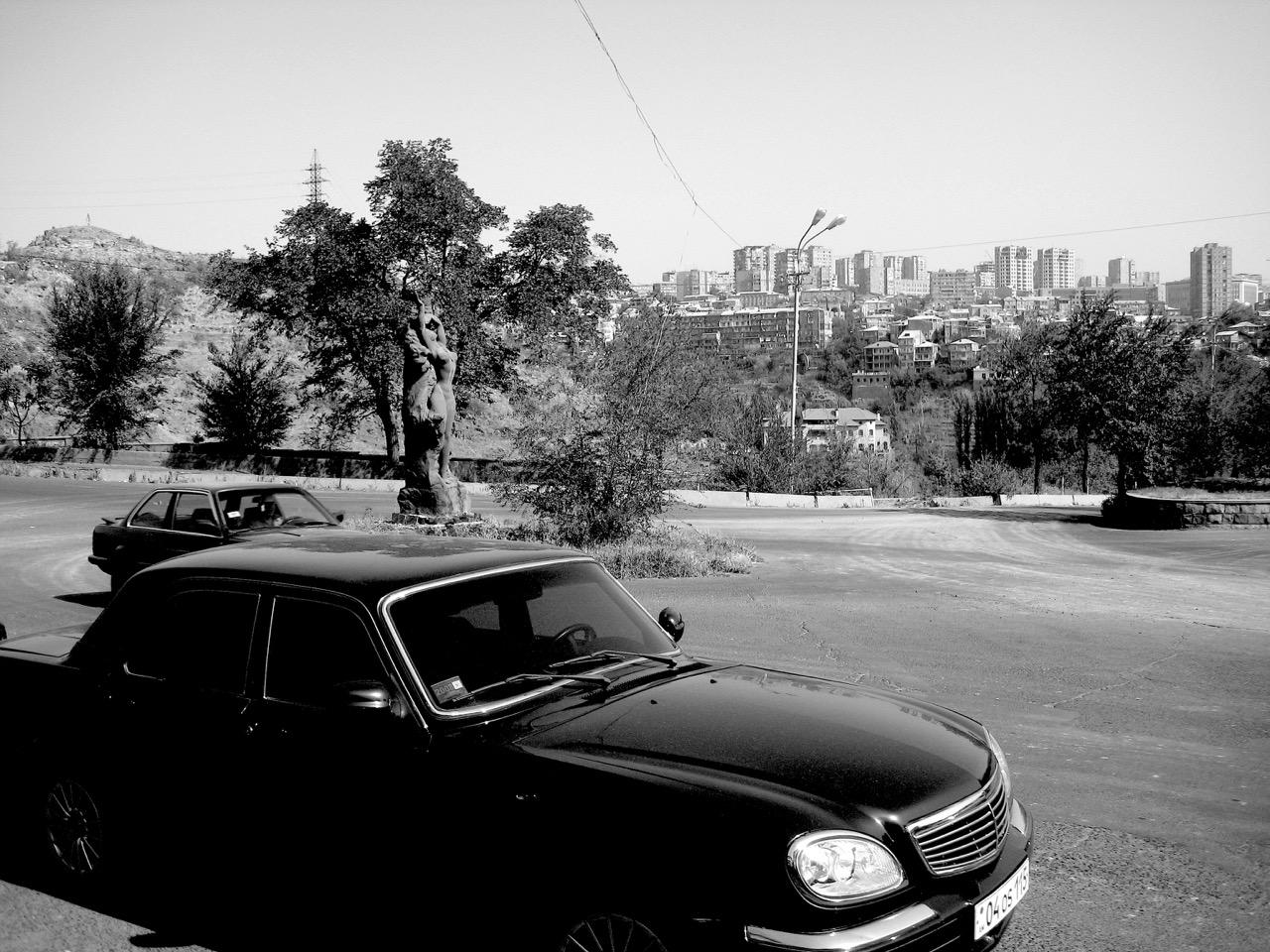 Foto: Eriwaner Straßenzene. Aus: Eriwan. Aufzeichnungen aus Armenien von Marc Degens. Kapitel 1.