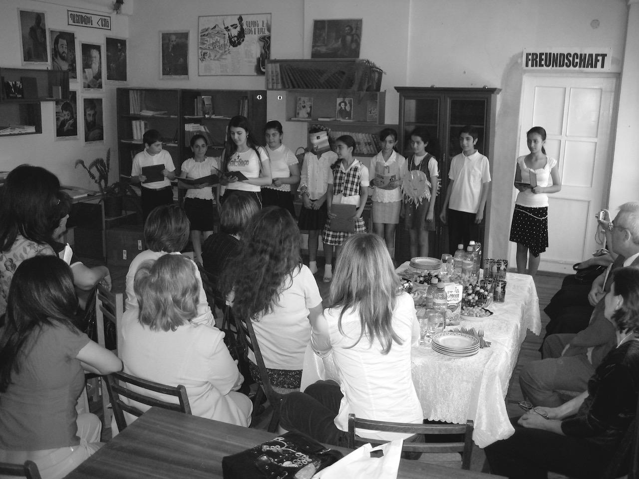 Foto: Freundschaft. Aus: Eriwan. Kapitel 4. Aufzeichnungen aus Armenien von Marc Degens.