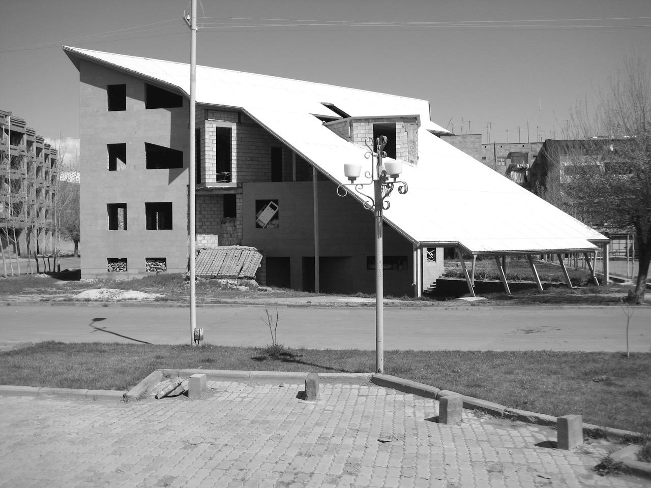 Foto: Futuristische Bauruine. Aus: Eriwan. Kapitel 6 Aufzeichnungen aus Armenien von Marc Degens.