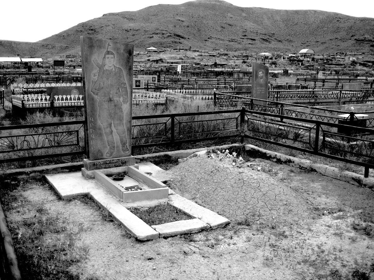 Foto: Grabstätte. Aus: Eriwan. Kapitel 7. Aufzeichnungen aus Armenien von Marc Degens.