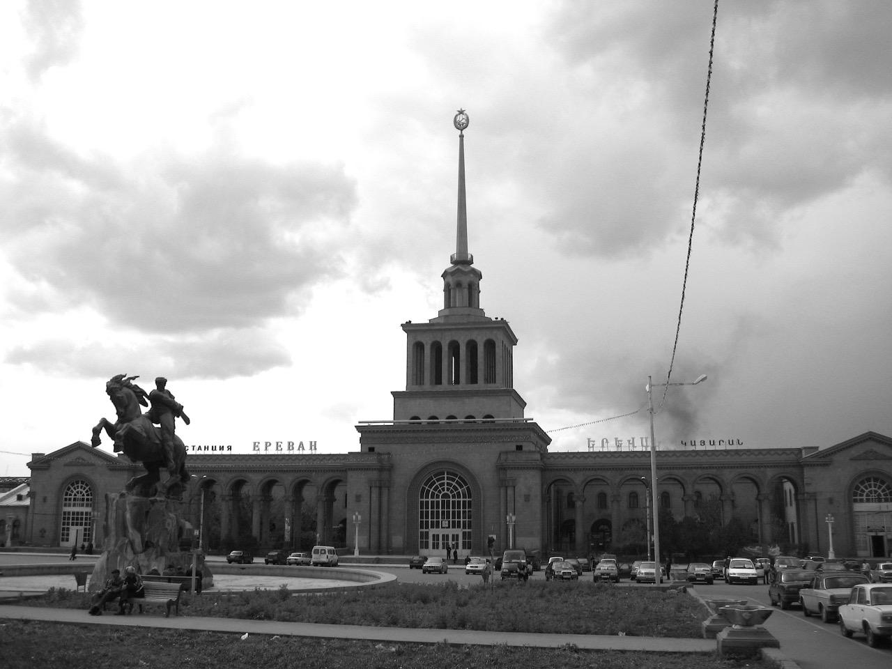 Foto: Hauptbahnhof Eriwan. Aus: Eriwan. Kapitel 1. Aufzeichnungen aus Armenien von Marc Degens.