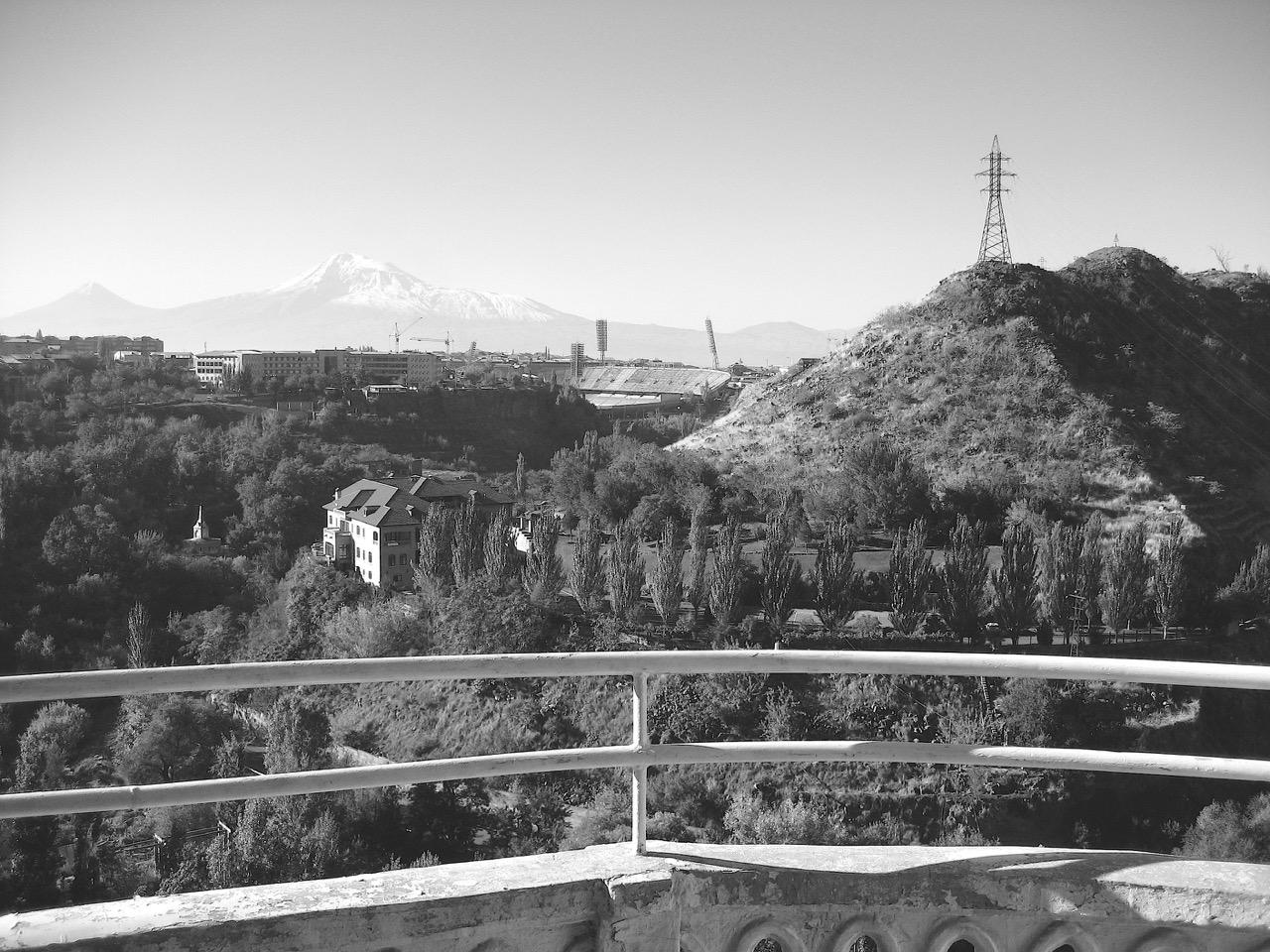 Foto: Veranda mit Aussicht auf die Hrasdan-Schlucht und den Ararat. Aus: Eriwan. Aufzeichnungen aus Armenien von Marc Degens