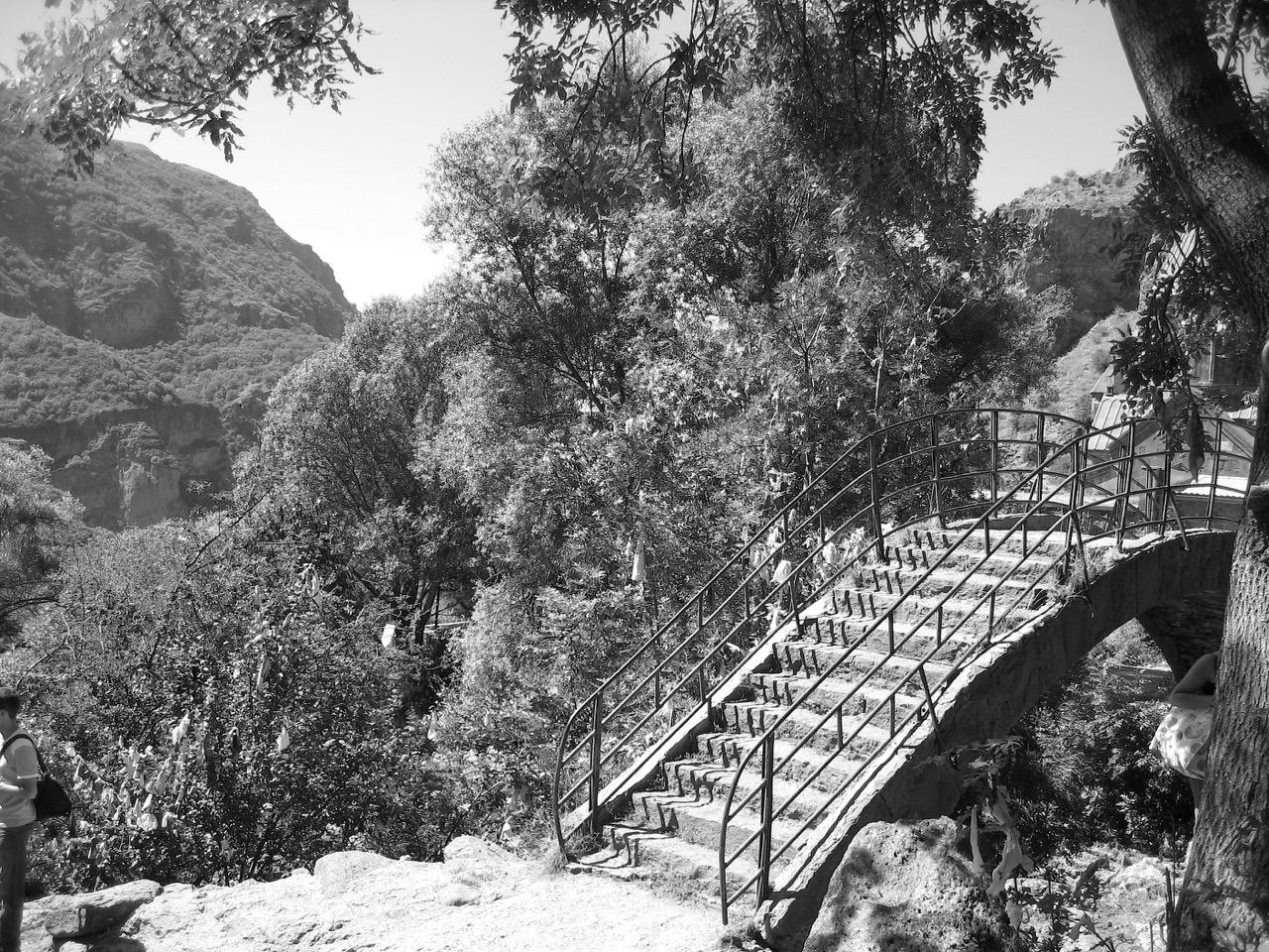 Foto: Kloster Geghard. Aus: Eriwan. Aufzeichnungen aus Armenien von Marc Degens. Kapitel 1.