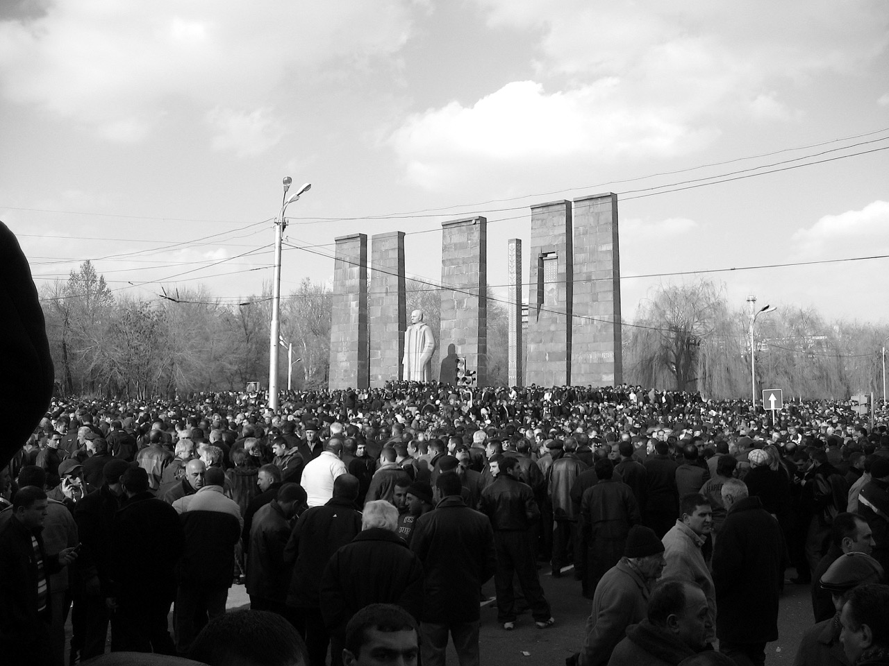 Foto: Mjasnikjan-Denkmal. Aus: Eriwan. Kapitel 3. Aufzeichnungen aus Armenien von Marc Degens.
