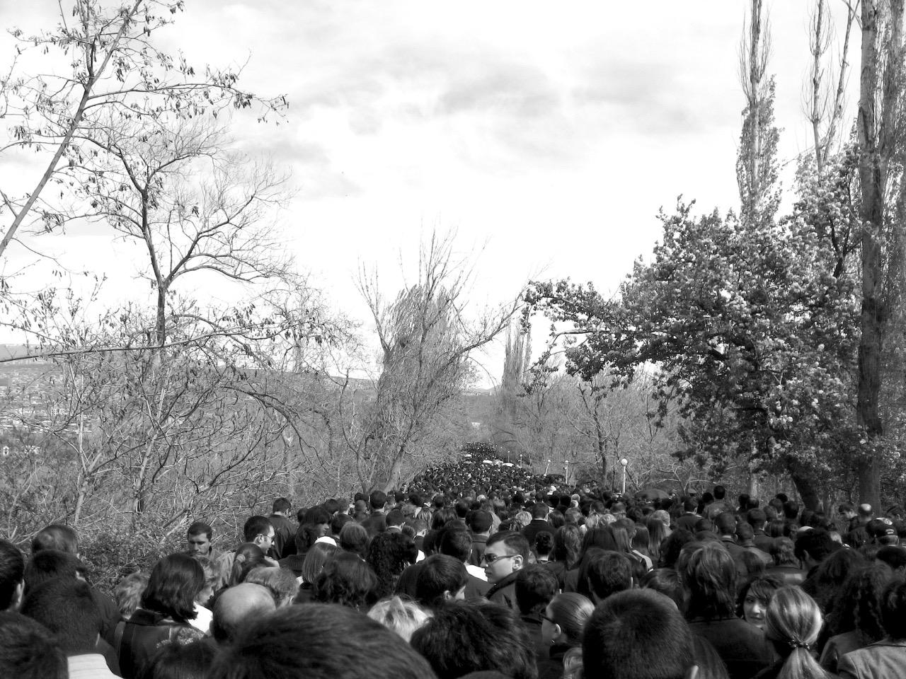 Foto: Pilgern. Aus: Eriwan. Kapitel 6 Aufzeichnungen aus Armenien von Marc Degens.