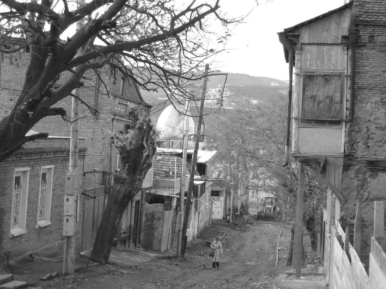 Foto: Straßenszene Tbilissi. Aus: Eriwan. Kapitel 1. Aufzeichnungen aus Armenien von Marc Degens.