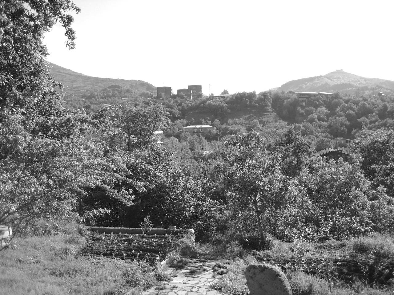 Foto: Unterm Birnenbaum. Aus: Eriwan. Kapitel 4. Aufzeichnungen aus Armenien von Marc Degens.